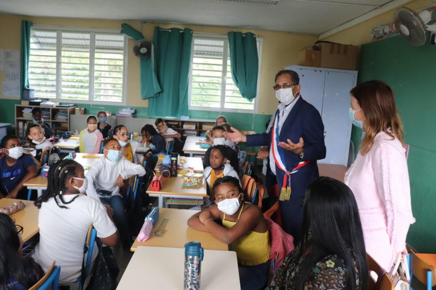 Distribution des cahiers de textes dans les écoles.